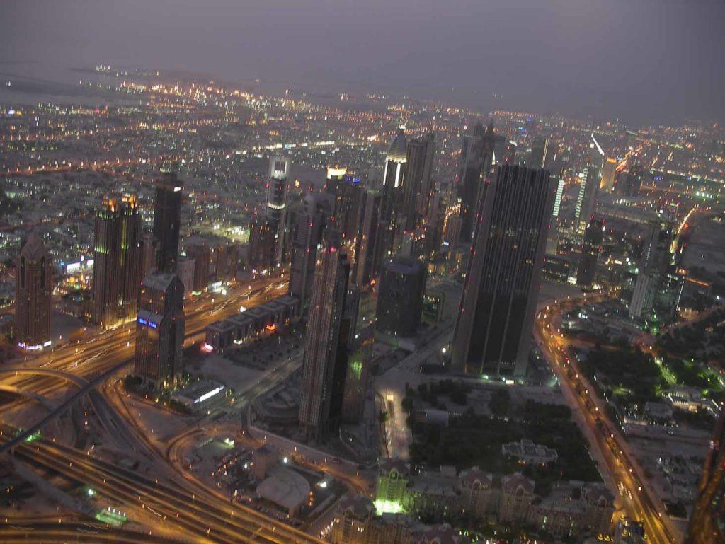 Blick abends vom Burj Khalifa auf Zayed Road