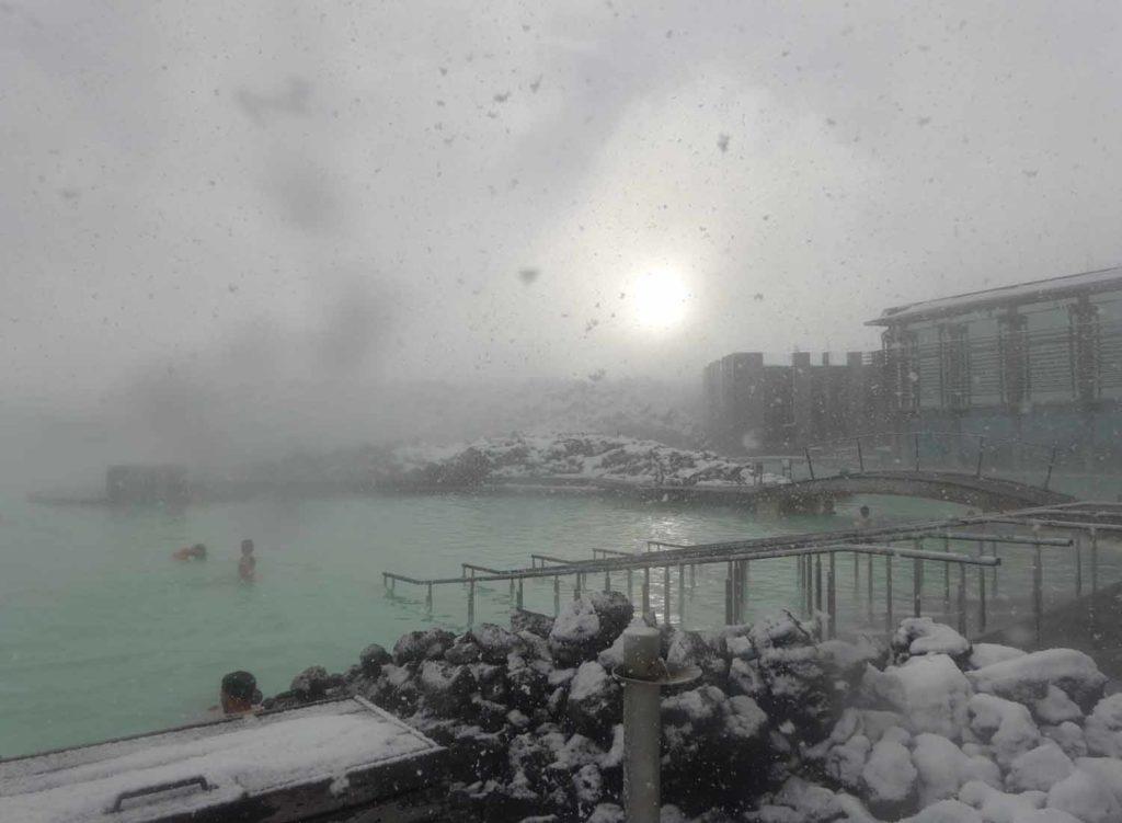 Blaue Lagune im Schnee